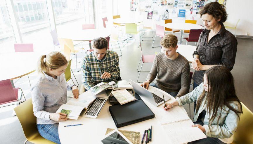 Le travail en groupe est essentiel en TPE, notamment pour mettre en commun et répartir le travail //©plainpicture/Maskot/Kentaroo Tryman Version