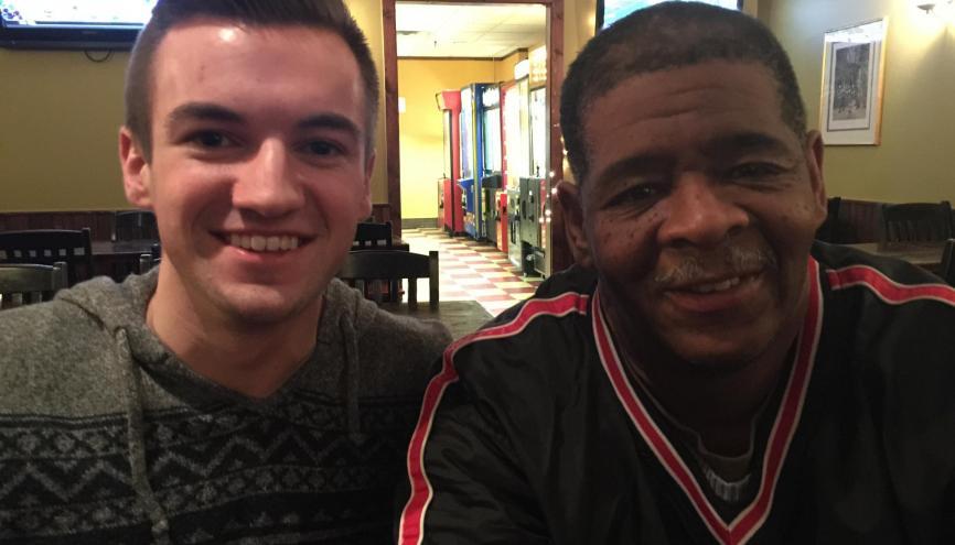 Evan Leedy, 19 ans, est a l'initiative d'une levée de fonds pour James Robertson, 56 ans, qui devait parcourir 33 kilomètres à pieds chaque jour pour aller travailler. //©Danielle Christian Leedy