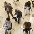 groupe d'étudiants en séance d'examen écrit //©Chris Ryan/plainpicture/OJO