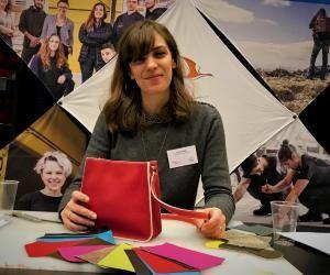 Anaïs, après avoir été professeure des écoles, prépare son CAP maroquinerie en apprentissage chez Louis Vuitton