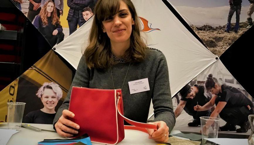 Anaïs, après avoir été professeure des écoles, prépare son CAP maroquinerie en apprentissage chez Louis Vuitton //©Etienne Gless