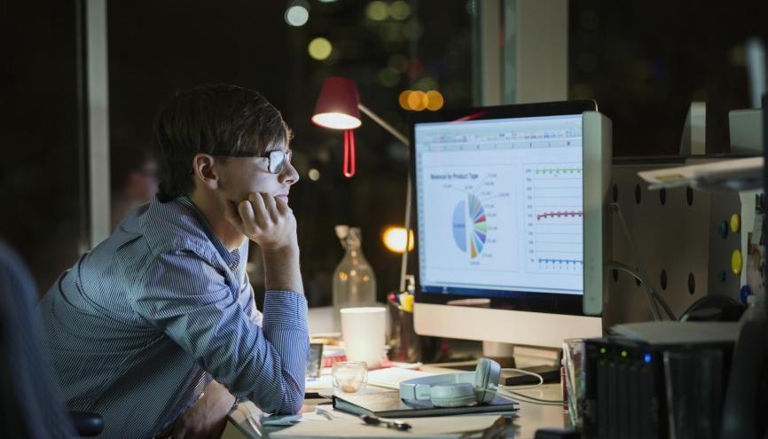 Le chef de projet e-CRM (Electronic-Customer Relationship Management) collecte des informations sur les clients d'un site de e-commerce pour adapter sa communication. //©Hero Images/ Plainpicture