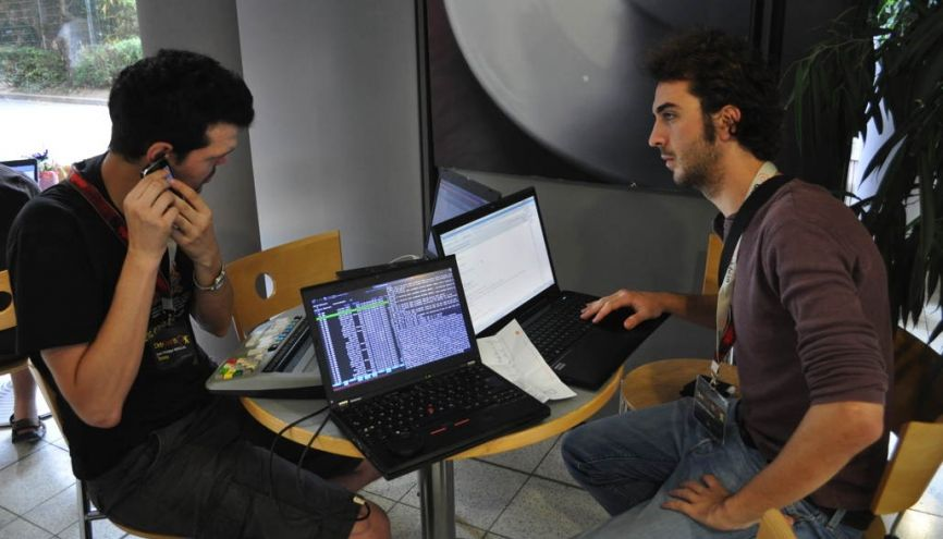 Corentin (à droite) a lancé la start-up Hypra avec deux autres cofondateurs, déficients visuels. //©Photo fournie par le témoin