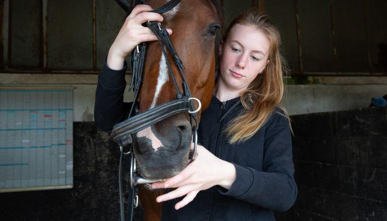 Lucy, 16 ans, est en seconde générale et suit une option hippologie-équitation, au lycée public agricole de l'Orne, à Sées (61).
