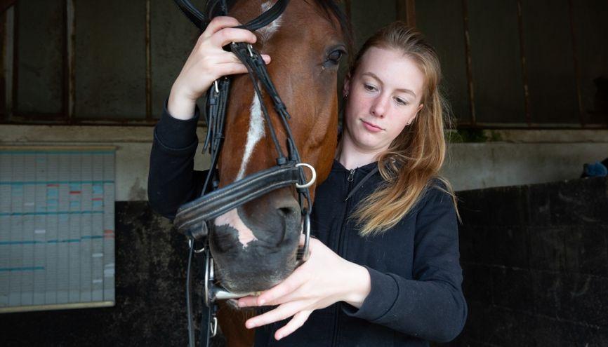 Lucy, 16 ans, est en seconde générale et suit une option hippologie-équitation, au lycée public agricole de l'Orne, à Sées (61). //©Florence Levillain pour L'Étudiant