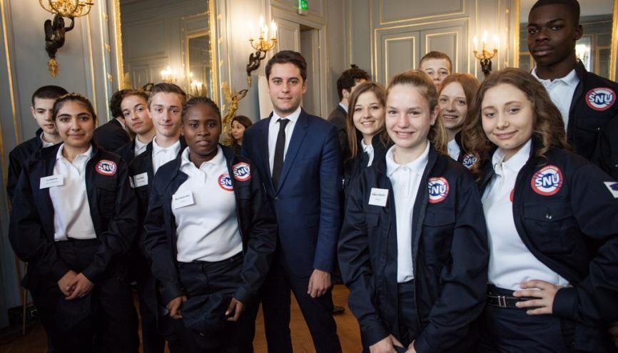 Les 13 ambassadeurs du SNU 2019 accompagnés par Gabriel Attal. //©MENJ/SIPA PRESS