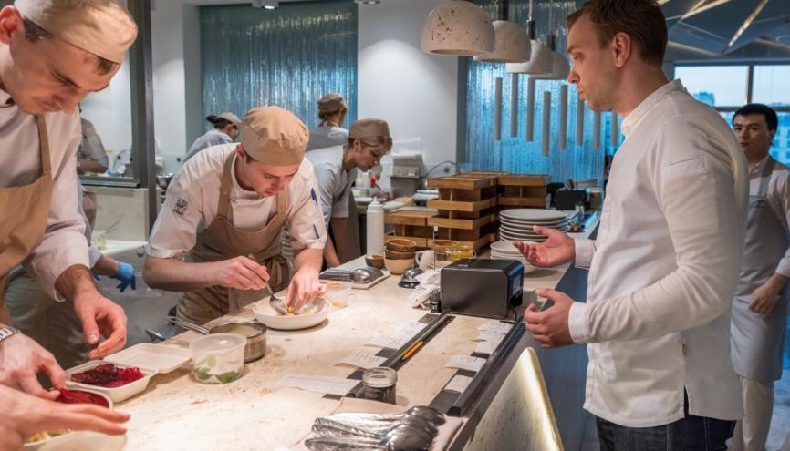 Le secteur de l'hôtellerie-restauration est accessible dès le lycée, du CAP au bac technologique. //©Frank Herfort/Plain Picture