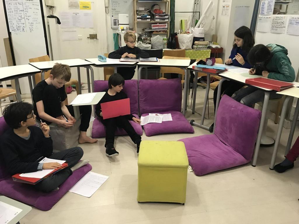 Dans la classe de la Lab School, les enfants sont libres de s'asseoir comme ils le souhaitent. //©Alice Raybaud