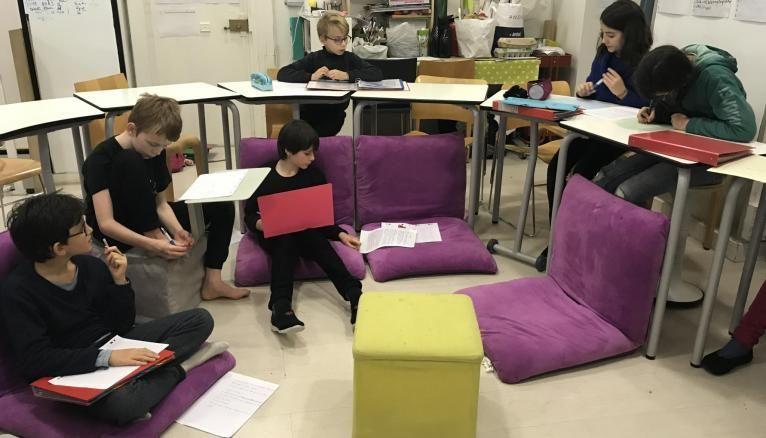 Dans la classe de la Lab School, les enfants sont libres de s'asseoir comme ils le souhaitent.