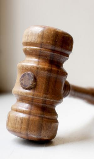 Pour contester une décision d'orientation d'un établissement public, il faut saisir la juridiction administrative ; pour un établissement privé, c'est le juge judiciaire qui est compétent.