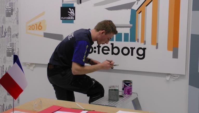 """<strong>PEINTURE ET DÉCORATION. JULIEN, 23 ANS, PEINTRE DÉCORATEUR, A DÉCROCHÉ LE BRONZE</strong><br />""""En dix-huit heures, j'ai dû réaliser une porte en laque, un logo stylisé de l'opéra de Göteborg, une épreuve de vitesse et une œuvre libre : un drakkar en trompe-l'œil."""""""