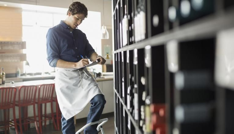 À côté des viticulteurs, qui représentent un quart des professionnels du vin, il faut compter les saisonniers, les négociants en vin, mais aussi les cavistes et les sommeliers.