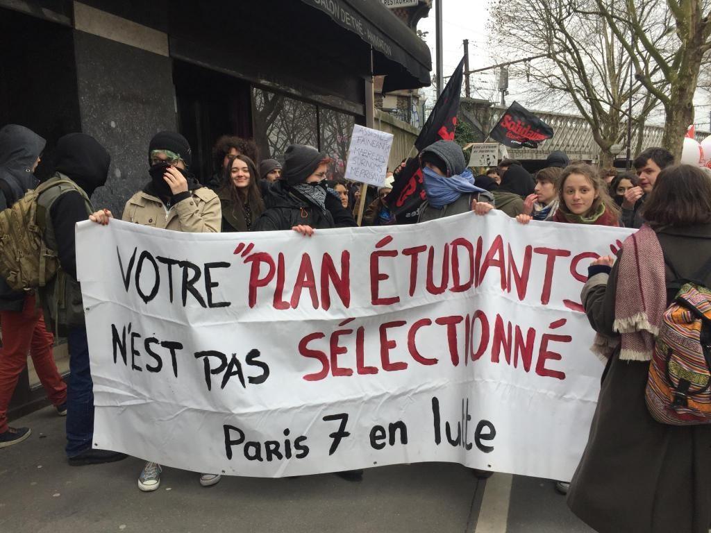 Des étudiants de Paris 7 rejoignent le cortège de la manifestation.  //©Laura Taillandier