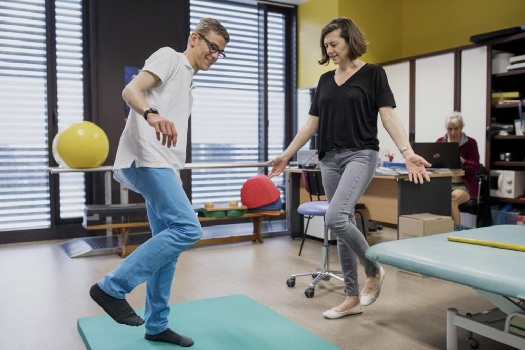 Les soins ont lieu au sein du lycée. Ici, Henry lors d'une séance de kinésithérapie avec Régine Béchu. //©Théophile Trossat pour l'Etudiant