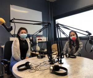 Anna Luiza, à gauche, et Kyubra, à droite, font partie de la classe MEDIA et participent régulièrement à GDS Radio.