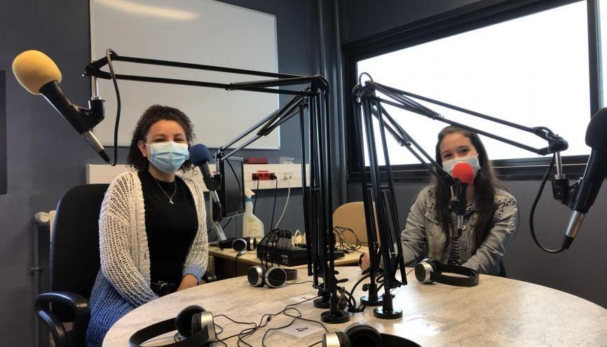 Anna Luiza, à gauche, et Kyubra, à droite, font partie de la classe MEDIA et participent régulièrement à GDS Radio. //©Eva Talma