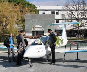 Les étudiants de l'ENAC admirent l'E-Fan, un avion électrique développé par Airbus.