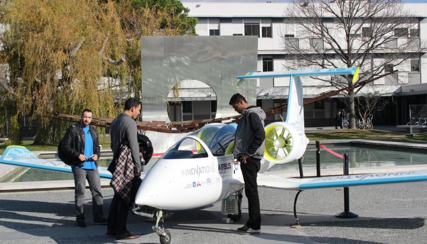 Les étudiants de l'ENAC admirent l'E-Fan, un avion électrique développé par Airbus. //©Delphine Dauvergne