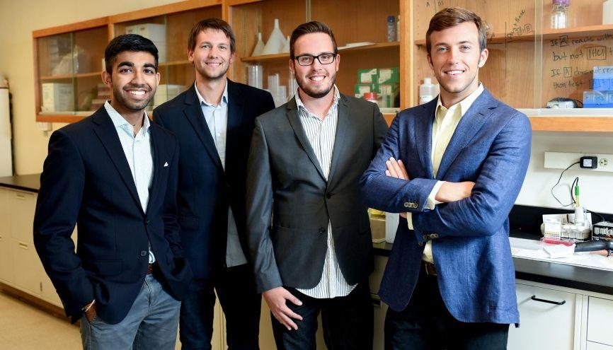 De gauche à droite : Ankesh, Stephen, Tasso et Tyler, 4 jeunes ingénieurs qui souhaitent protéger les femmes des drogues du viol. //©Photo fournie par les témoins
