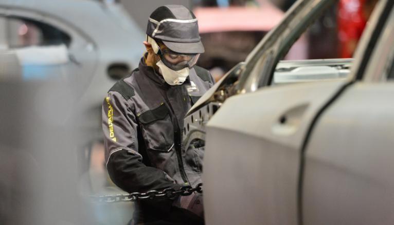 Dans les métiers très techniques tels que la carrosserie, l'alternance est indispensable pour acquérir des gestes professionnels.