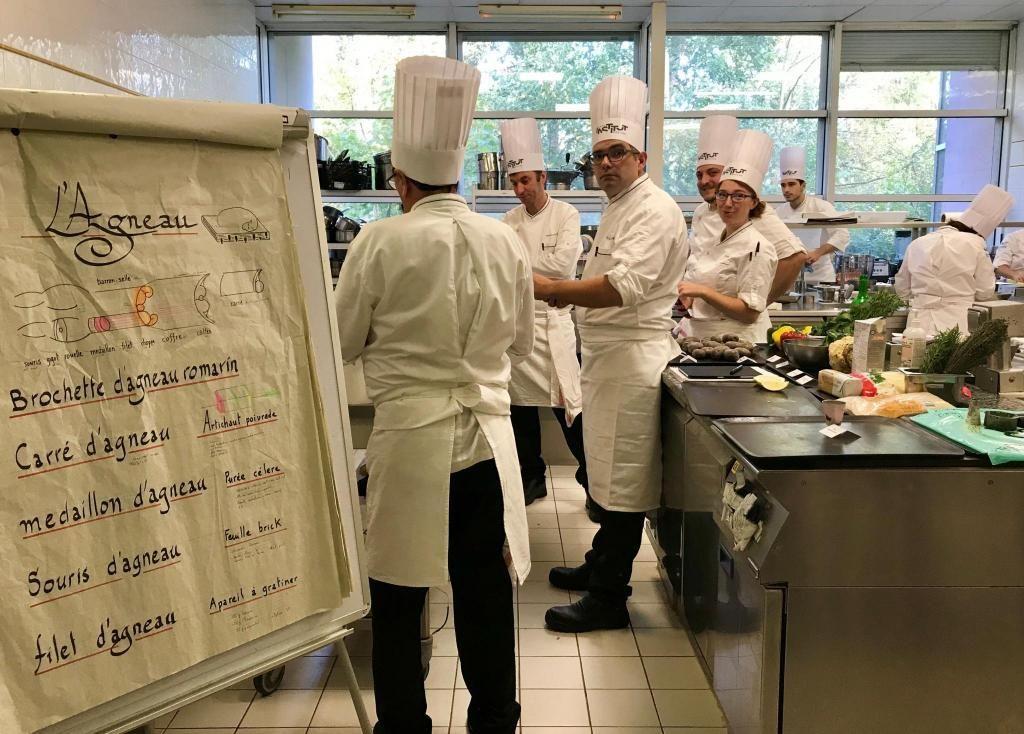 Dans le château du Vivier, campus de l'Institut Paul-Bocuse à Écully, des laboratoires de cuisine sont dédiés à la pratique. //©Amélie Petitdemange