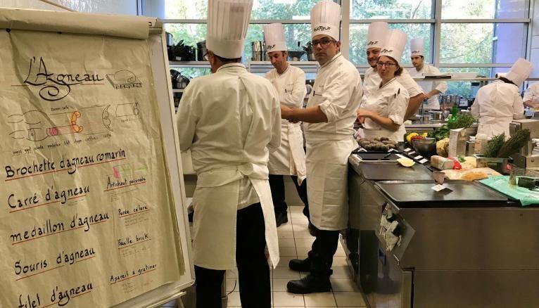 Dans le château du Vivier, campus de l'Institut Paul-Bocuse à Écully, des laboratoires de cuisine sont dédiés à la pratique.