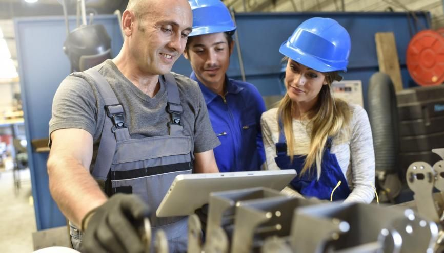 Du BTP à l'industrie en passant par l'artisanat, l'apprentissage connaît une forte hausse. //©Goodluz/Adobe Stock