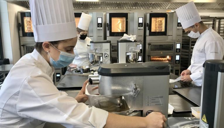 Nathalie projette d'ouvrir sa pâtisserie en Allemagne. Dans ce bachelor, 100% des cours sont en anglais.
