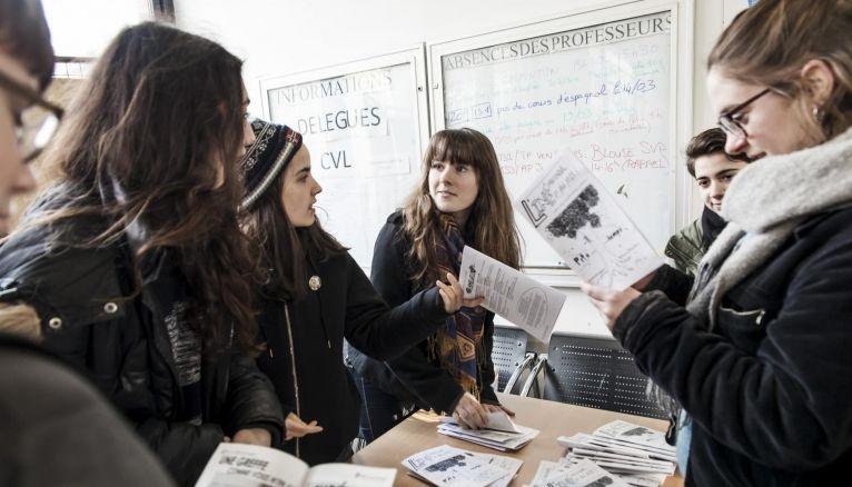 Anna (au centre) est en terminale S au lycée Édouard-Branly, à Nogent-sur-Marne, et s'occupe de la rédaction en chef du journal de son établissement.