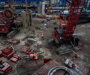 À Clamart, sur le chantier de la ligne 15, la sécurité est la priorité des priorités, chaque ouvrier doit enfiler des bottes, mettre des lunettes, un casque de sécurité, des oreillettes antibruit.