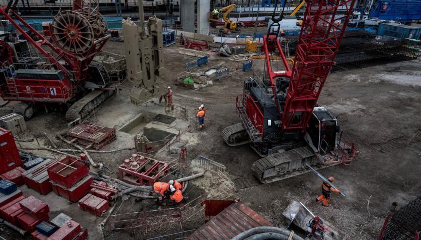 À Clamart, sur le chantier de la ligne 15, la sécurité est la priorité des priorités, chaque ouvrier doit enfiler des bottes, mettre des lunettes, un casque de sécurité, des oreillettes antibruit. //©Anne-Charlotte Compan/Hans Lucas