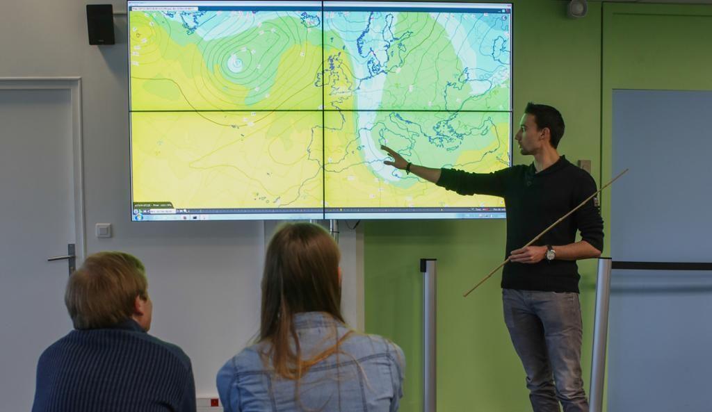 En cours de physique atmosphérique, les étudiants visualisent les échanges entre les différentes parties du monde et anticipent les mouvements des océans et les thermodynamiques. //©Christian Bellavia / Divergence pour l'Étudiant