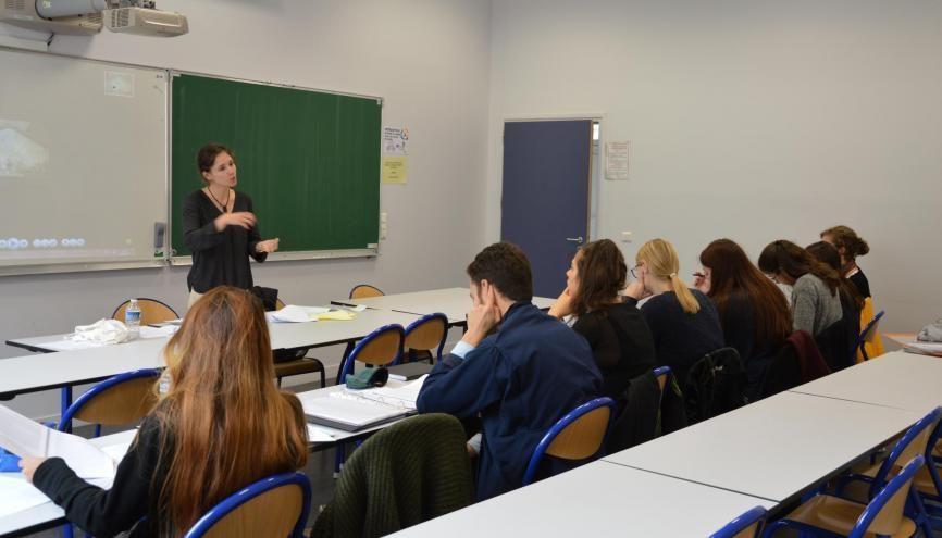 Blandine Longhi devant les huit enseignants-stagiaires de son groupe de tutorat. //©erwin canard