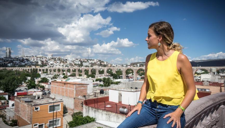 """Charlotte flâne devant le monumental aqueduc de Querétaro, classé au patrimoine mondial de l'Unesco. //©Romain """"Ojabierto"""" Thieriot pour l'Etudiant"""
