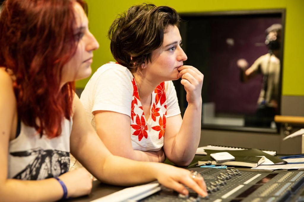 Séance d'enregistrement de quatre chansons pour un jeune groupe de musique, avec aux manettes Lisa (à droite) et Salomé, étudiantes dans la spécialité son. //©Florence Levillain pour L'Étudiant