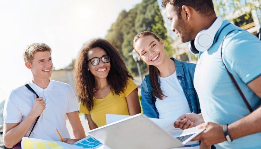 De nombreux étudiants sont allés au Medef pour promouvoir leur association ou essayer de décrocher une alternance. //©Adobe Stock / Zinkevych