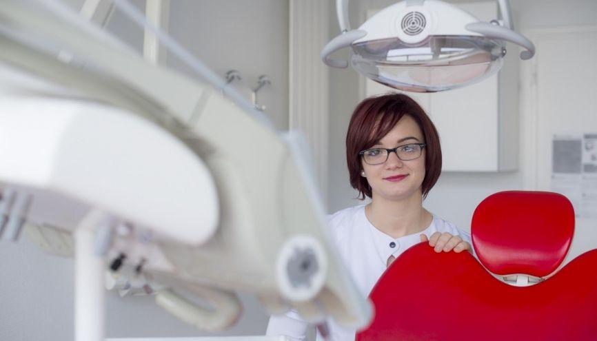 Megan, 20 ans, en bac pro, apprentie agent d'accueil dans un centre dentaire de Corbeil-Essonnes (91) //©Cyril Entzmann pour l'Etudiant
