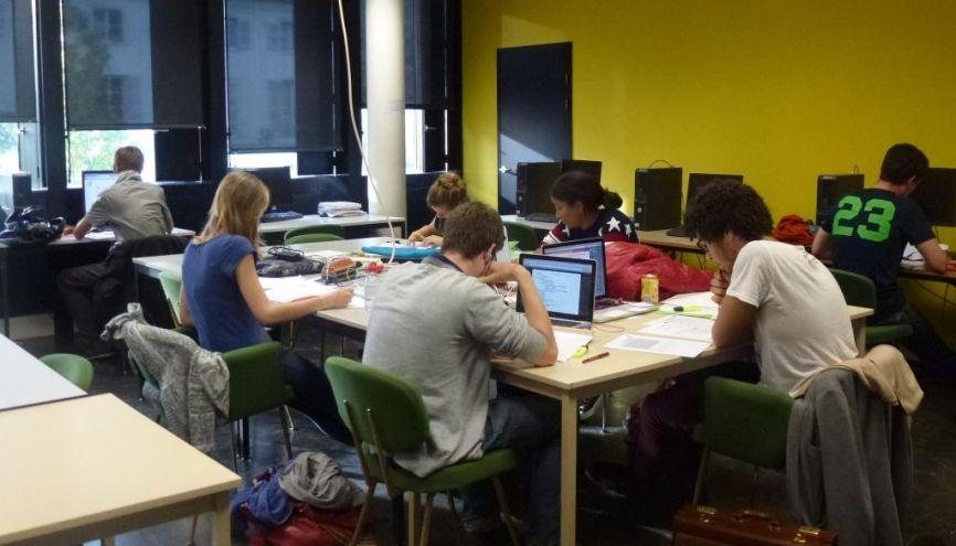 Des étudiants de PACES en salle de travail à l'université Grenoble 1 - Joseph-Fourier. L'établissement a opté dès 2006 pour des cursus multimédia accompagnés d'un tutorat personnalisé. //©Virginie Bertereau