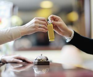 Du réceptionniste au traiteur en passant par le cuisinier, le secteur de l'hôtellerie-restauration recrute chez les jeunes.