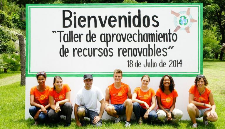 L'équipe de Camille et d'Elise (respectivement troisième et première en partant de la droite de la photo) est partie en juillet 2014 au Mexique.