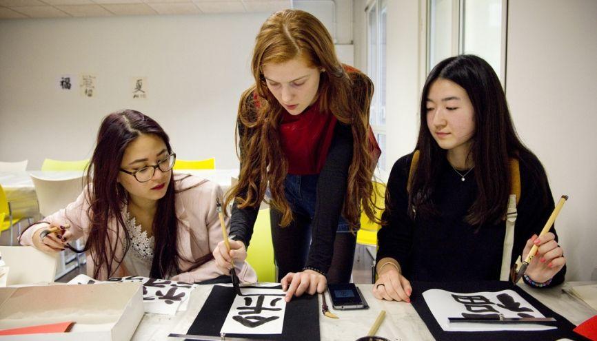 """Certaines langues enseignées aux """"Langues O'"""" permettent de découvrir également des activités artistiques : ici, la calligraphie. //©Marie-Pierre Dieterlé pour l'Etudiant"""