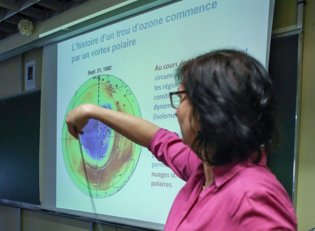 Virginie Marécal, chercheuse en physique et chimie atmosphérique au CNRS, anime un cours sur les trous d'ozone, les vortex polaires et les masses d'air. //©Christian Bellavia / Divergence pour l'Étudiant