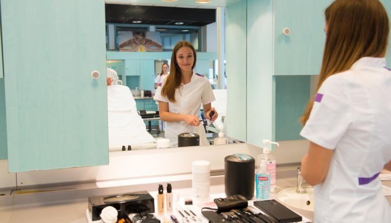 Juliette, 16 ans, est en première esthétique cosmétique et parfumerie au lycée professionnel Premier-Film, à Lyon (69).