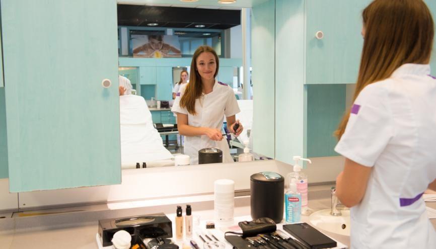 Juliette, 16 ans, est en première esthétique cosmétique et parfumerie au lycée professionnel Premier-Film, à Lyon (69). //©Olivier GUERRIN pour L'Étudiant