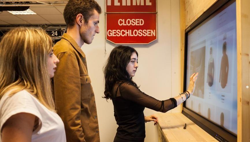 """Le """"shop connecté"""" de Grenoble EM permet de mettre les étudiants dans des conditions réelles de travail. À eux, de gérer le marketing et la gestion d'une boutique en ligne de vêtements de sports d'hiver. //©Pablo Chignard/Hans Lucas pour l'Etudiant"""