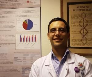 Matthieu Piccoli, 34 ans, a choisi une spécialité de médecine qui a besoin de bras : la gériatrie.