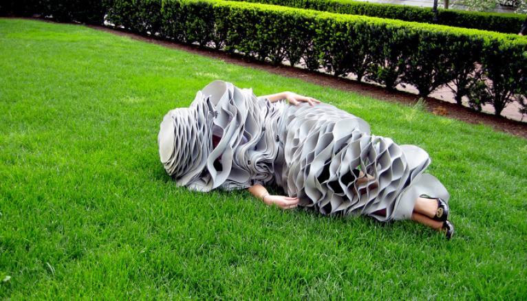 """Ce drôle de """"costume de couchage"""", imaginé en 2009 par le designer Forrest Jessee, se plie, grâce à ses matériaux """"intelligents"""", à toutes les positions du dormeur."""