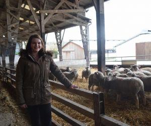 Éva dans l'élevage d'ovins du lycée La Bretonnière.