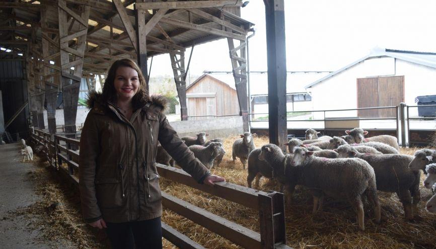 Éva dans l'élevage d'ovins du lycée La Bretonnière. //©Laura Bruneau