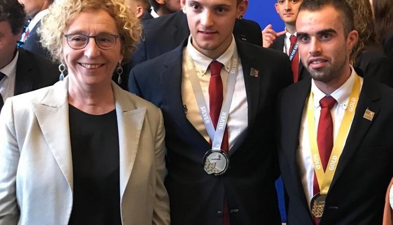 Le 8 octobre, la ministre du Travail félicite Allan 21 ans médaille d'argent en taille de pierre et Alexis 21 ans médaille d'or en menuiserie aux WorldSkills de Kazan en 2019.